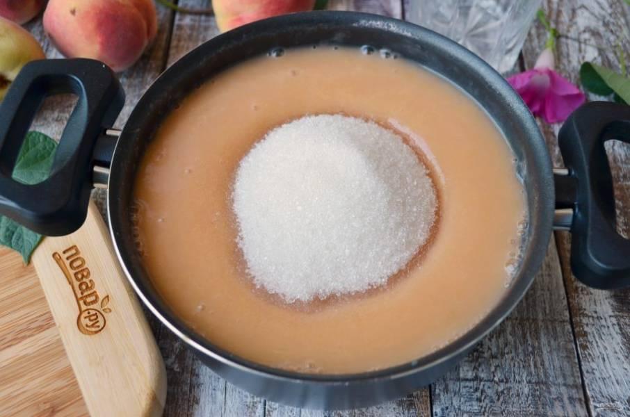 К персиковому пюре добавьте сразу весь сахар, перемешайте и поставьте на огонь. Варите джем с момента закипания еще 20-25 минут. Крышкой накрывать не нужно.