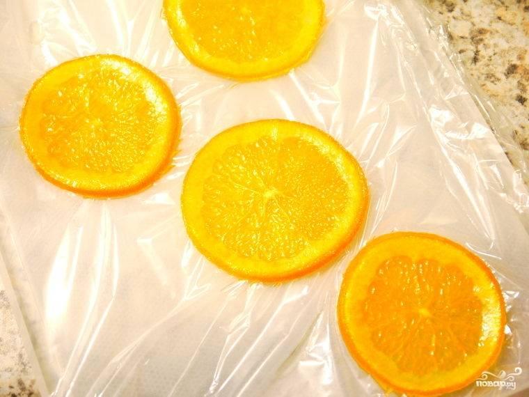 Затем апельсины достаем из сиропа.
