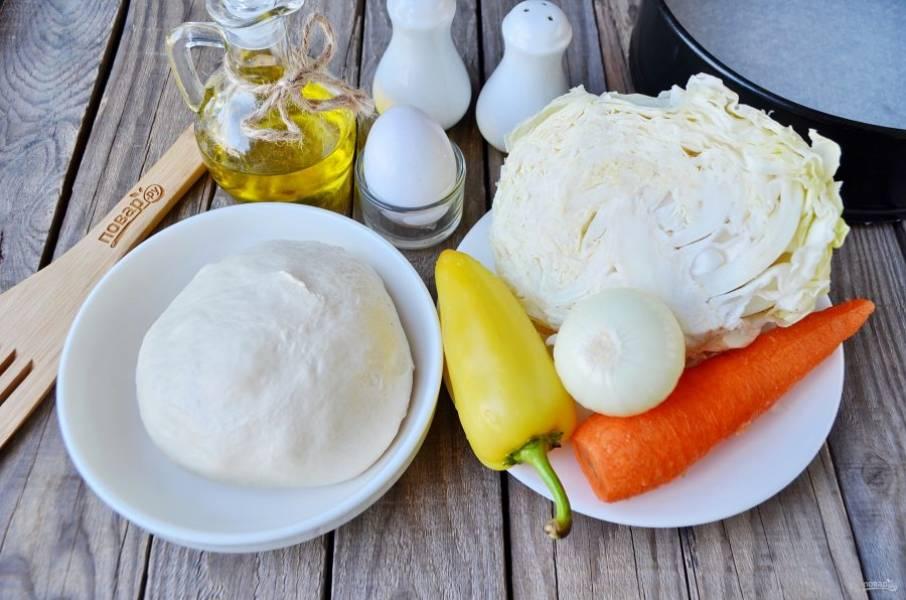 Подготовьте продукты для пирога. Рассказываю рецепт теста, его нужно приготовить заранее: в стакане теплой воды (190 мл) растворите 15 г свежий дрожжей, добавьте щепотку соли и 0,5 ч.л сахара, 40 г растопленного маргарина и 1 яйцо. Перемешайте и всыпьте муку (примерно 3-4 стакана), тесто должно быть липким, не крутым. Заверните его в пакет, оставьте на час в тепле, потом уберите на ночь в холодильник. Утром оно готово, можно печь пирог!