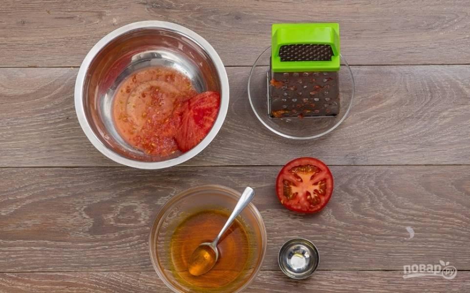 2. Томат мою и разрезаю на половинки, каждую натираю на крупной терке, получаю томатную пасту. Маленькую щепотку шафрана кладу в миску и заливаю небольшим количеством кипятка.
