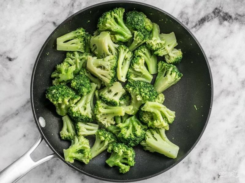 2.Переложите бекон на салфетку и слейте почти весь жир, что образовался при обжаривании бекона, оставив только 1-2 столовые ложки. Выложите размороженную брокколи, обжаривайте несколько минут.