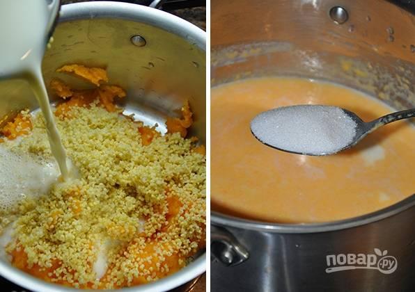 2. После влейте в кастрюлю молоко, добавьте сахар. Также по желанию добавьте тыквенное пюре. Снова доведите до кипения и на минимальном огне томите до готовности (около получаса). Добавьте в процессе ванильный экстракт и ложку сливочного масла.