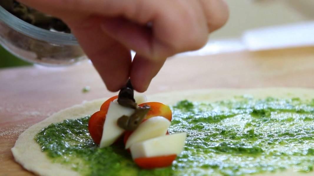 4. Также выложите кусочки оливок и влейте немного масла.