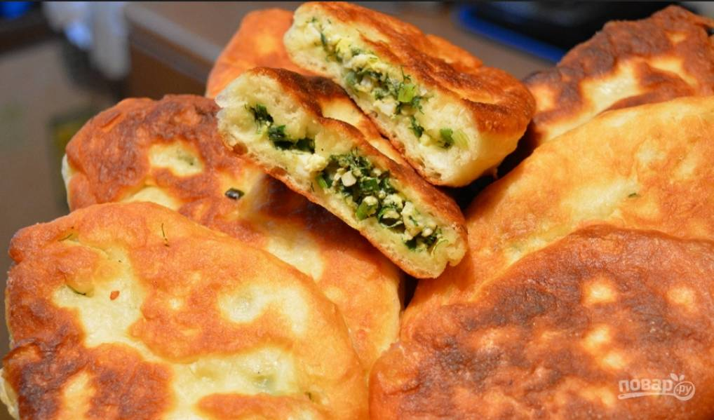 Жареные пирожки с яйцом, луком и зеленью