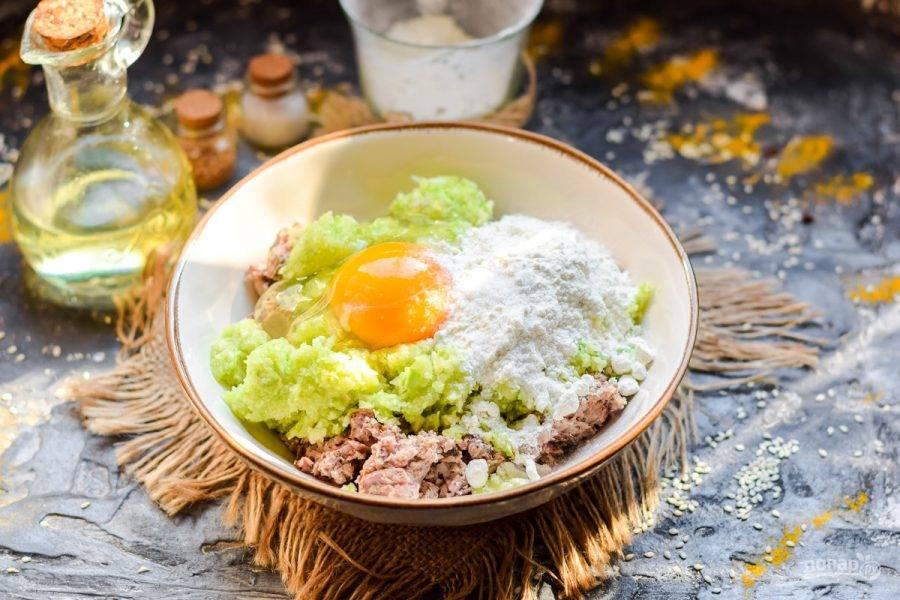 Добавьте к фаршу яйцо, пшеничную муку, соль, перец и сухой чеснок.