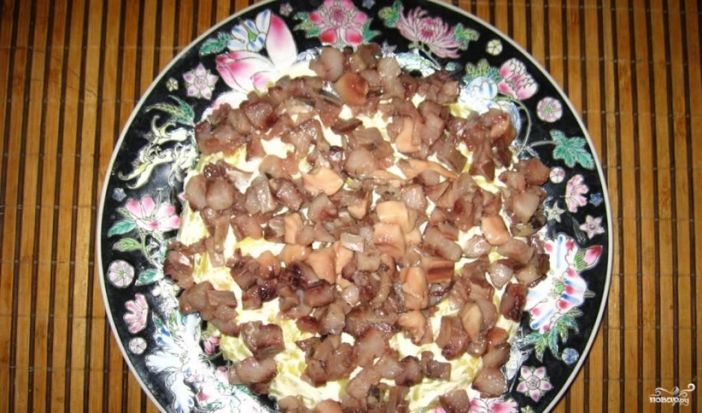 2. Теперь выкладываем слоями: тертая картошка с майонезом, потом часть селедки. Сельдь нарезаем кусочками, удаляя все косточки.