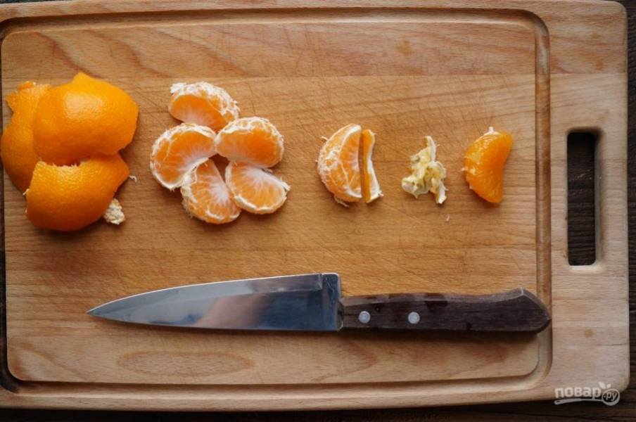 Очистите мандарины, снимите с них пленочку.