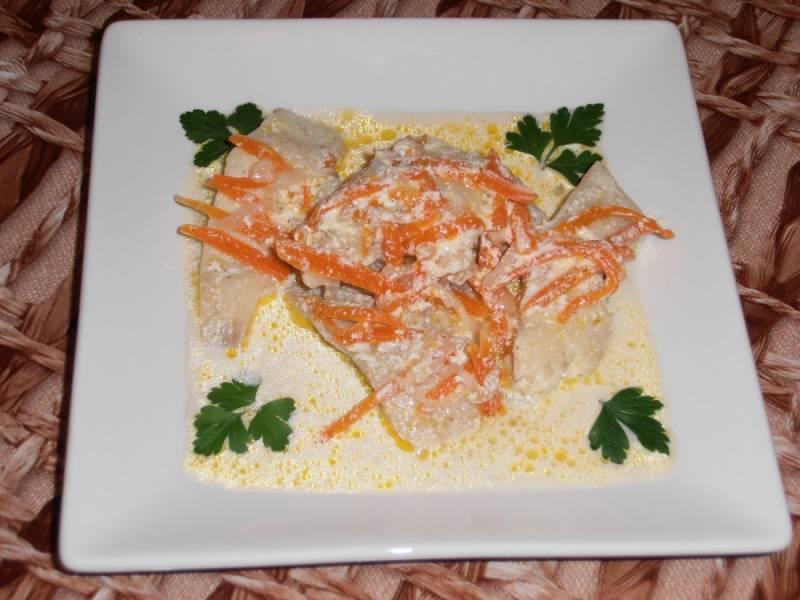 6. Тушится рыба не более 35 минут. Перед подачей полейте ее соусом и притрусите зеленью петрушки (по желанию).
