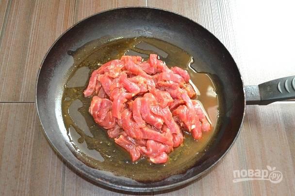 6. На разогретую сковороду выложите говядину вместе с маринадом. Можно добавить растительное масло при желании.