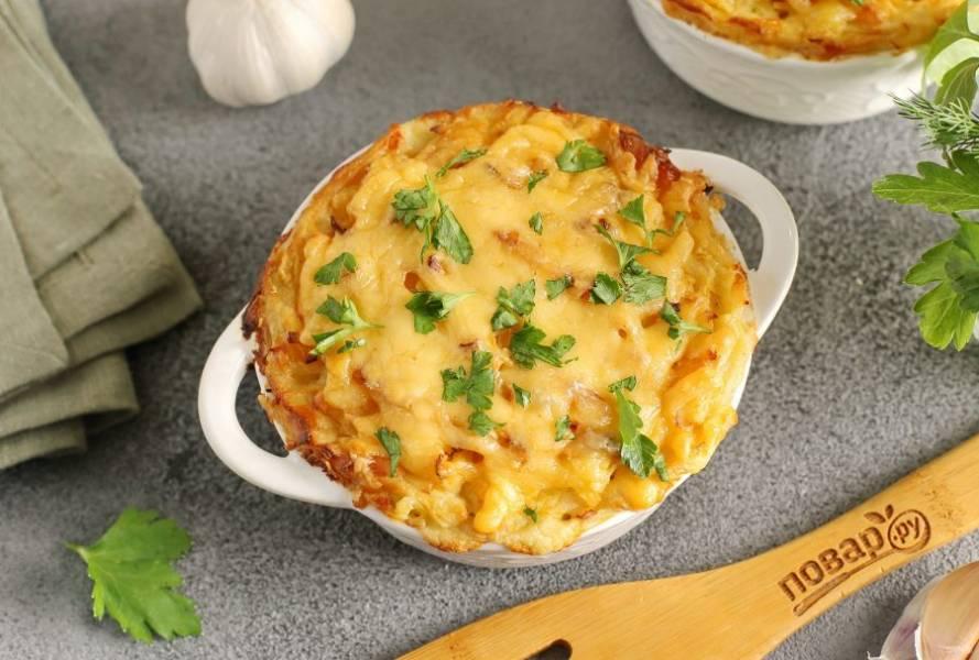 За 10-15 минут до готовности посыпьте верх отложенным ранее тертым сыром.