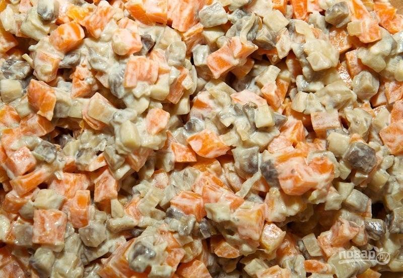 В салатнице смешайте шампиньоны с морковью, когда они остынут.