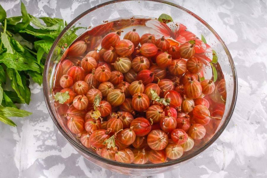 Крыжовник промойте в воде, удалите хвостики с обеих сторон ягод.