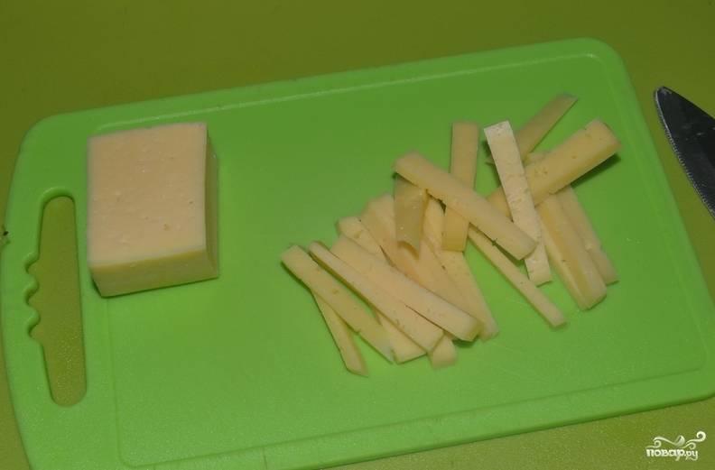 Пока наш фарш охлаждается, мы нарезаем сыр брусками, а сливочное масло небольшими кубиками.