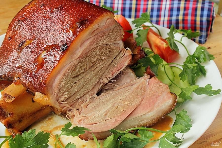 Выпекайте свиную ножку при температуре 170 градусов полтора часа. В конце можно разрезать рукав, чтобы ножка в открытом состоянии запекалась еще минут 5-10. Подавайте мясо со свежими овощами. Приятного аппетита!