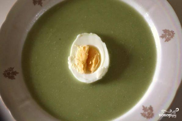 Когда картофель будет готов, при помощи блендера, все перемолоть до однородного состояния. В получившееся пюре добавить воды или бульона (до нужной вам консистенции), также добавить молоко. Все довести до кипения, поперчить, посолить. Подавать с вареным яйцом и зеленью.