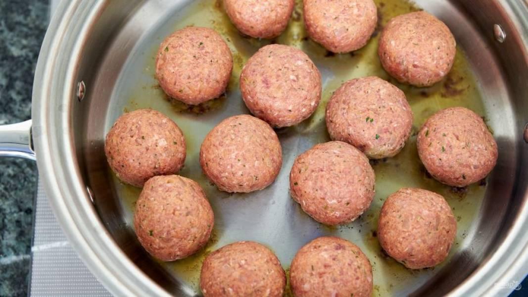 5.Разогрейте сковороду со столовой ложкой оливкового масла, выложите шарики и обжаривайте их осторожно с каждой стороны, затем переложите в миску.