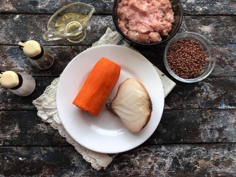 Для приготовления гречневого супа подготовьте все необходимые ингредиенты. Фарш можно использовать как куриный, так и индюшиный.