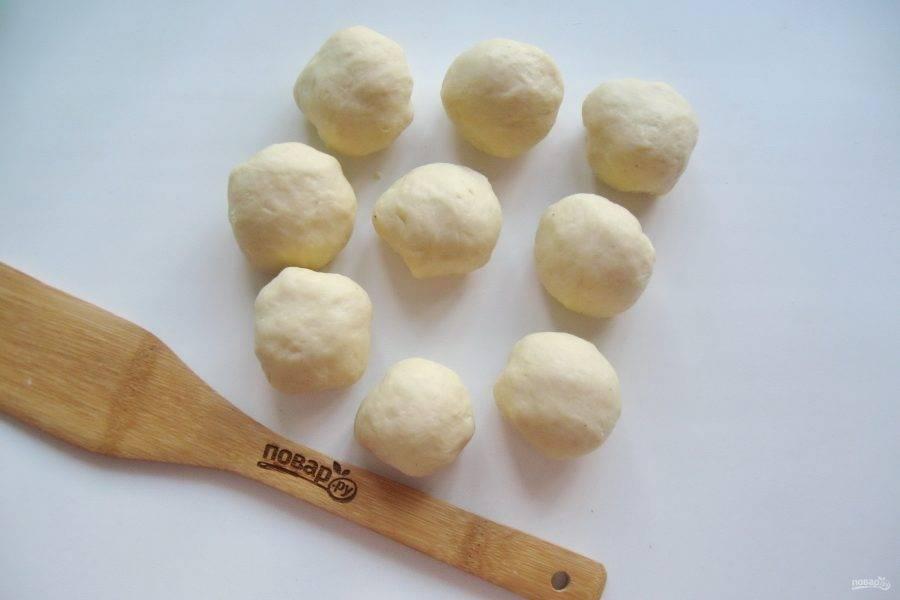Когда тесто подойдет и будет готово к работе, разделите его на девять равных шариков.