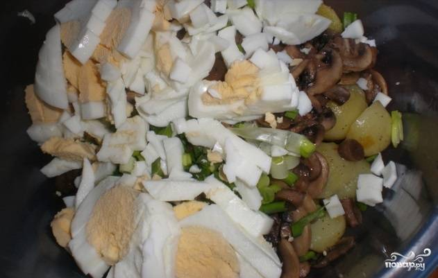 Яйца заранее отварите вкрутую. Нарежьте их вместе с огурчиками, добавьте к салату.
