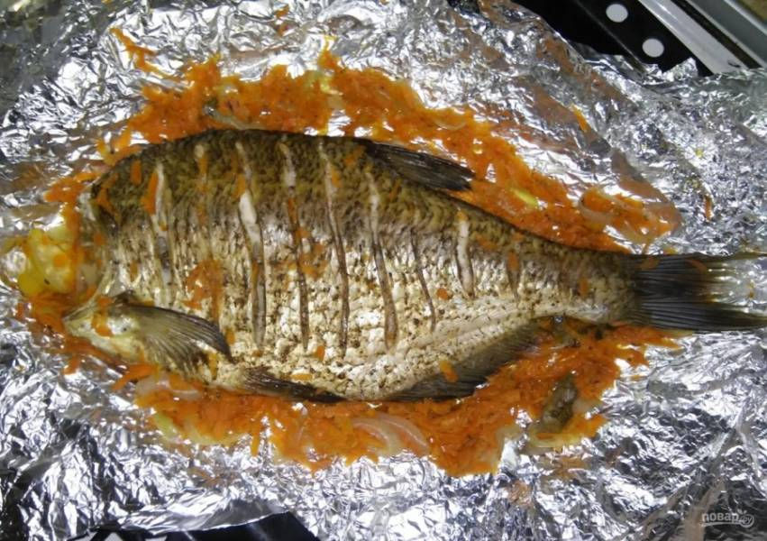 9.Разворачиваю фольгу и убираю верхнюю «шубу» с рыбки.