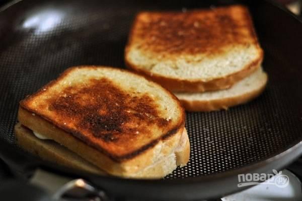 3.Накрываю каждый кусочек хлеба на сковороде еще одним кусочком и аккуратно переворачиваю бутерброд.
