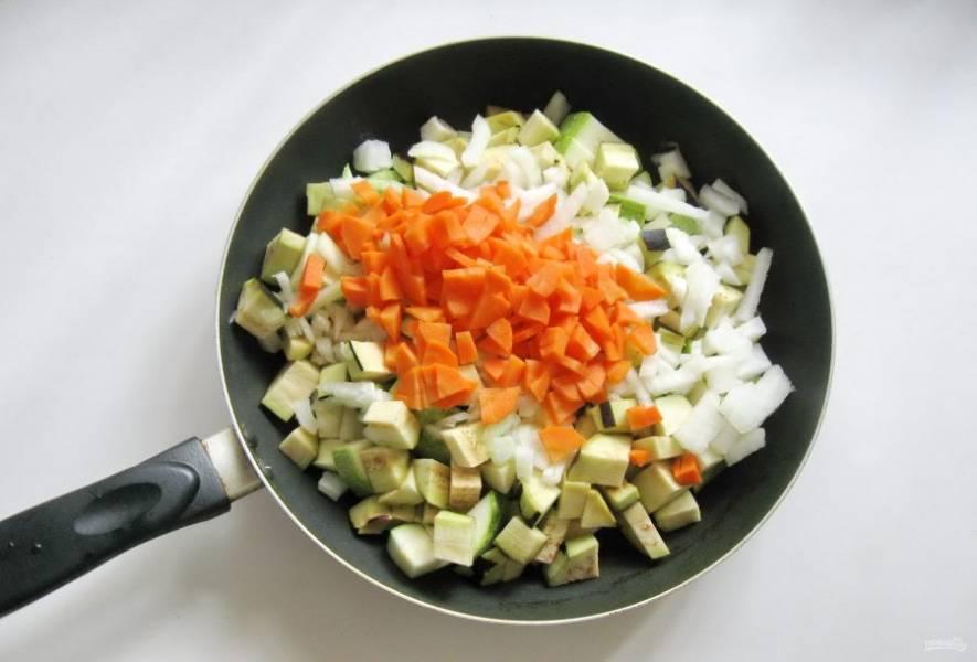 Морковь помойте, очистите, нарежьте произвольно. Можно натереть на терке. Выложите в сковороду к остальным овощам.