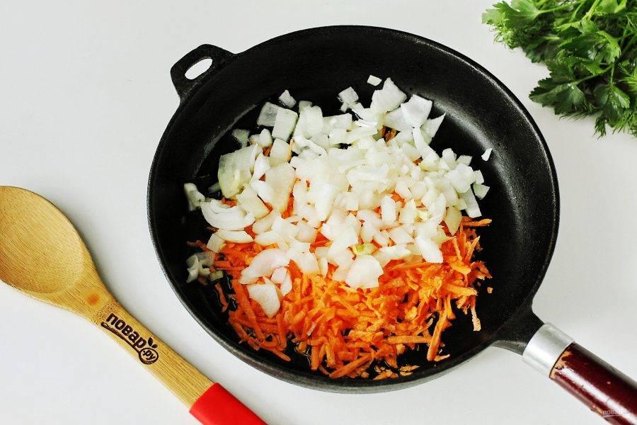 Тем временем приготовьте зажарку. Разогрейте сковороду, налейте масло и выложите нарезанный кубиками лук и тертую морковь.