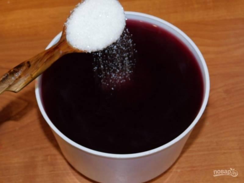 Добавьте в горячий компот сахар по вкусу и размешайте. Остудите.