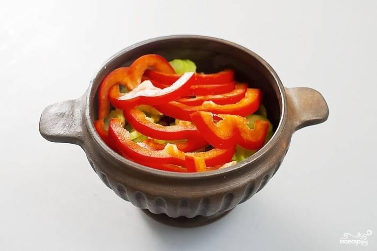 Перец болгарский порежьте полукольцами и добавьте поверх сельдерея в горшочек.
