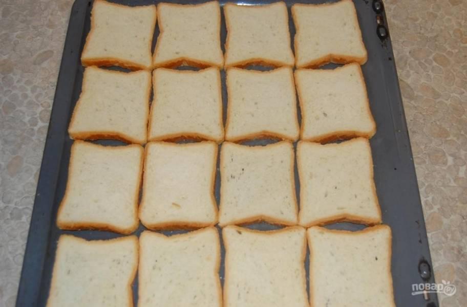 1. Я предлагаю самый простой рецепт приготовления горячих бутербродов из нескольких доступных ингредиентов. Итак, нам понадобится основа — это тостерный хлеб. Если вы готовите несколько бутербродов, то можете их запечь в микроволновке. В моем случае было много бутербродов, которые я запекала в духовке.