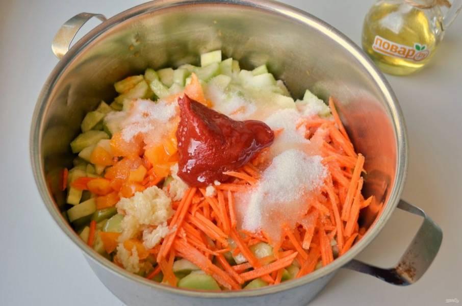 5. Положите все овощи в кастрюлю, добавьте соль, сахар, масло растительное, пасту томатную, чеснок (его можно порезать пластинками или пропустить через пресс). Поставьте на огонь, доведите до кипения и варите 40 минут, огонь минимальный.