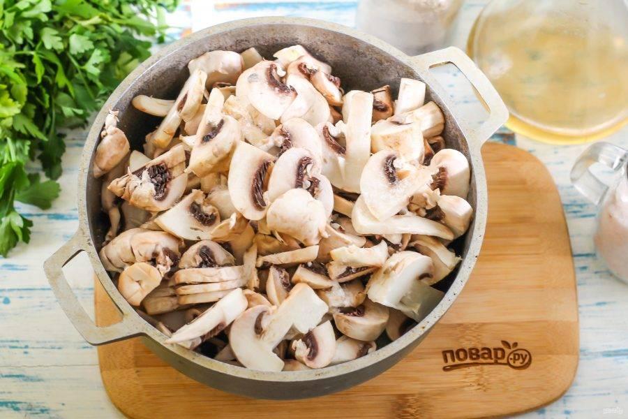 Как только луковая нарезка станет мягкой, добавьте в емкость и грибную нарезку.