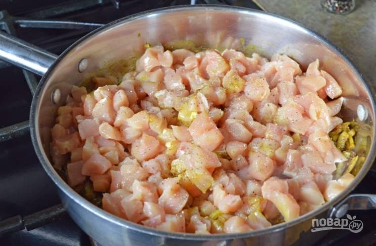 Курицу порежьте некрупно, посолите, поперчите и добавьте в сковороду, перемешайте хорошо и готовьте, пока не исчезнет розовый цвет мяса.