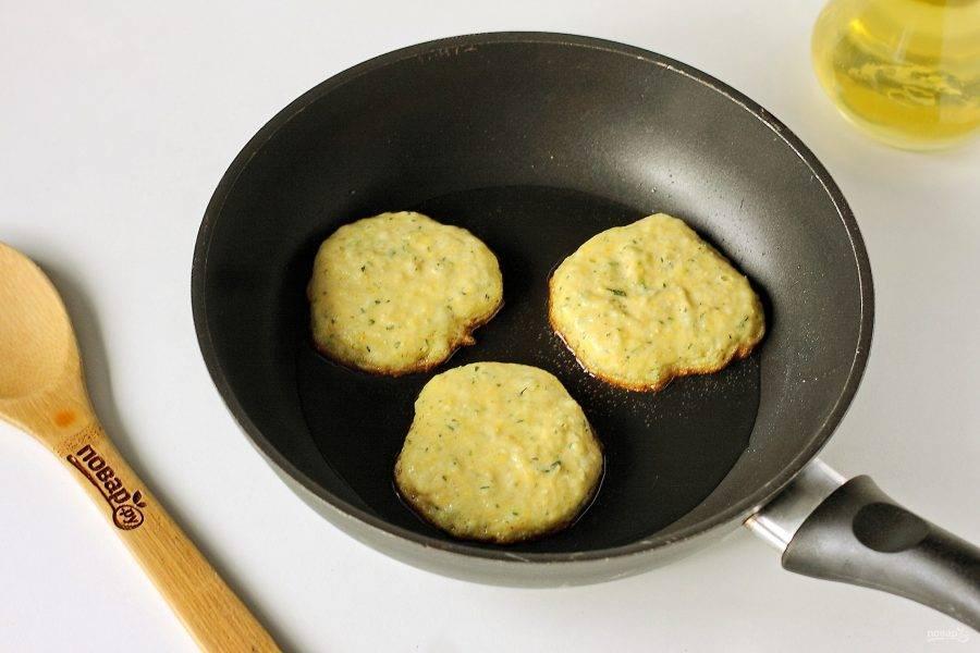 На сковороде разогрейте масло и выкладывайте тесто при помощи столовой ложки.