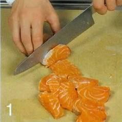 Филе лосося вымыть и нарезать кусочками.