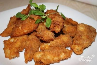 Вынимаем рыбу из сковороды и кладем на бумажное полотенце, чтобы удалить излишки масла.