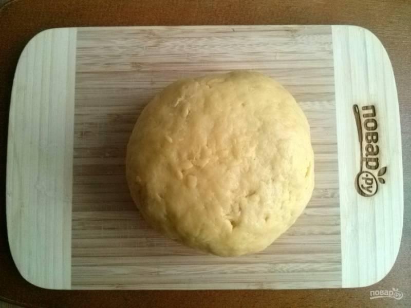 Замесите мягкое тесто.