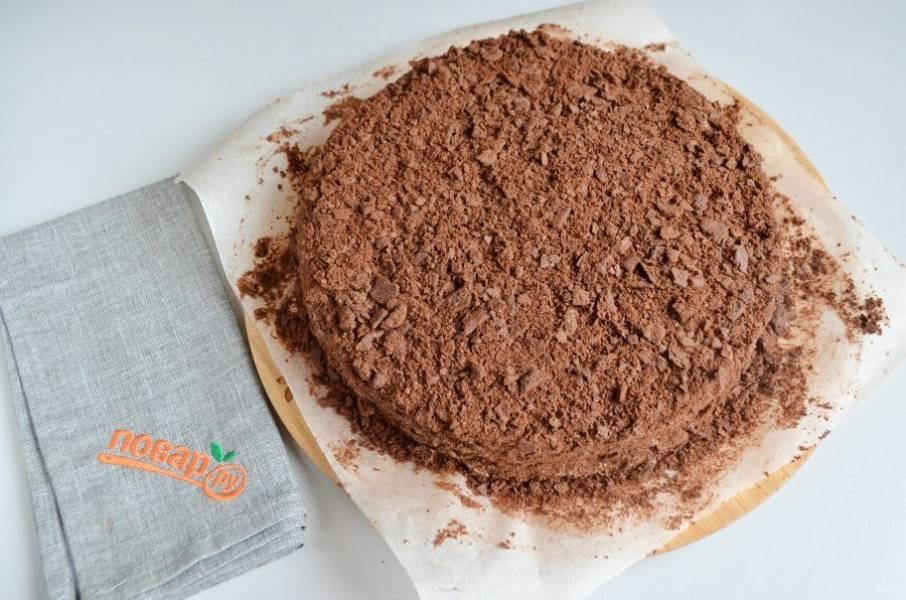 12. Измельчите обрезки в крошку, они легко руками крошатся. Обсыпьте хорошо со всех сторон торт и уберите в холод на 12 часов.