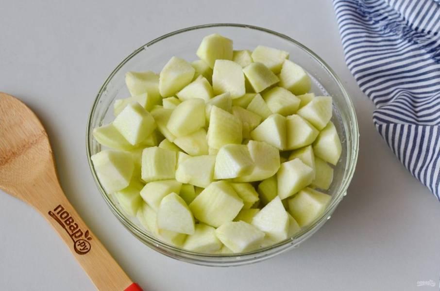 Очистите яблоки от кожуры, удалите сердцевинку, порежьте небольшими кусочками.