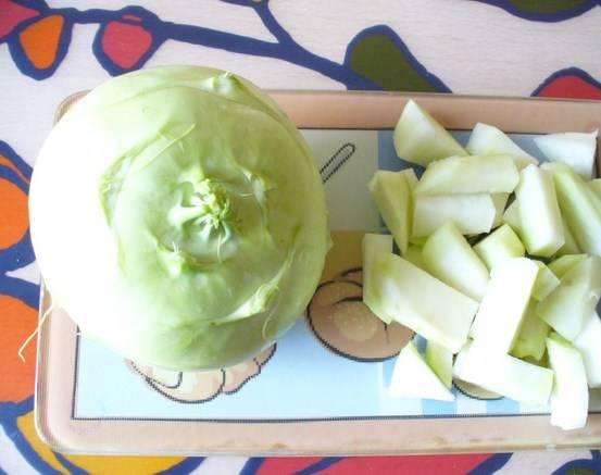 Кольраби и картошку нарезаем кубиками.