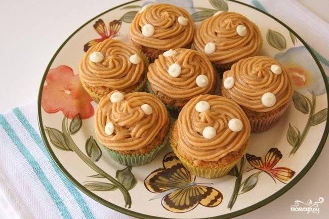 3.Крем из сгущенки можно использовать в качестве начинки или выложить с помощью кондитерского мешка сверху кексов, украсить орехами и подавать к чаю. Приятного аппетита!