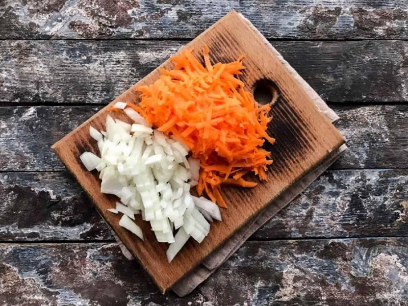 Лук и морковь очистите, помойте под проточной водой и обсушите бумажным полотенцем. Морковь натрите на средней терке, лук мелко нарежьте.
