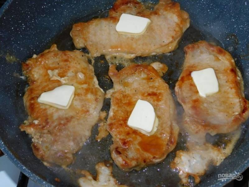 Затем обжарьте их на сильном огне с двух сторон. При этом выложите на каждый жарящийся кусок мяса немного сливочного масла.
