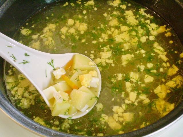 6. Добавляем яйца и укроп в суп, провариваем 1 минуту и выключаем. Суп готов.