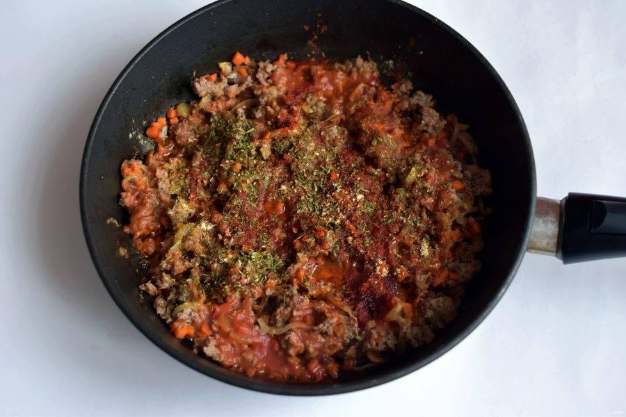 Затем добавьте томатную пасту, прогрейте. Добавьте пару столовых ложек воды и потушите минут 5. Добавьте пряности, посолите по вкусу.