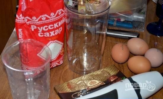 Белки взбейте с сахаром до устойчивых пиков. Натрите на мелкой тёрке шоколад, внесите его к этим ингредиентам, продолжая взбивать.