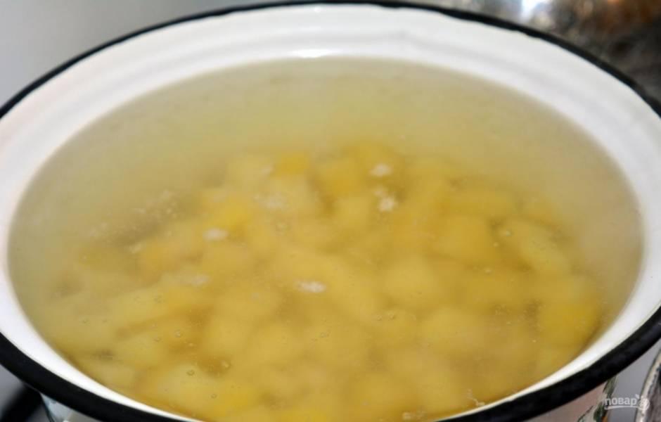 4. Чищу, мою и нарезаю кубиком картошку, из кастрюли на плите достаю лук и отправляю картошку.
