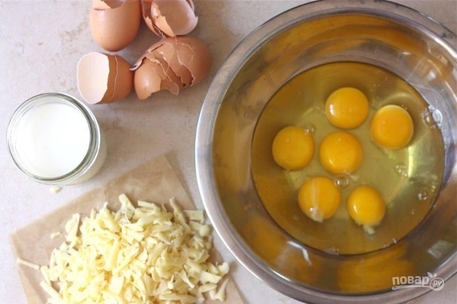 4.Разбейте яйца в миску, натрите на крупной терке сыр.