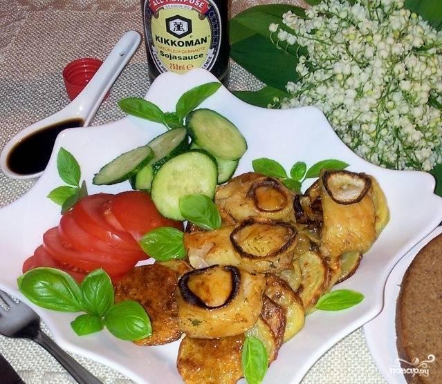 Готовую рыбку подавайте горячей с теплым гарниром из запеченного картофеля. Также можно посыпать блюдо рубленой зеленью и дополнить другими овощами.