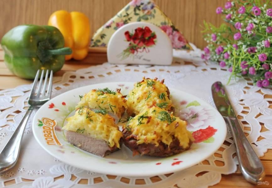 Свиная шейка с картофельным пюре готова. Подавайте к столу с овощами и соленьями.